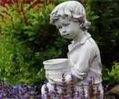 Chlapec s kvetináčom 4