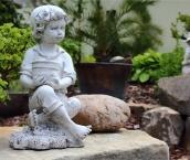 Chlapec s kvetináčom 2