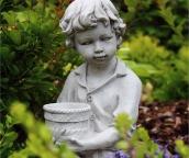 Chlapec s kvetináčom 3
